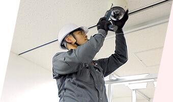 工事状況の確認や配線の確認、動作チェックを行いながら機器の設置を進めて参ります。