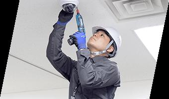 日本防犯設備では、防犯カメラ・監視カメラ・セキュリティシステム設置における工事状況の確認や配線の確認、動作チェックを行いながら安定した映像が見られるように機器の設置を進めて参ります。