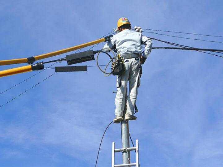 防犯カメラの設置に必要な100Vの電源の引き込みやインターネット回線の引き込みといった専門的な工事の対応につきましても、日本防犯設備ではすべて請け負いご対応させていただいております。