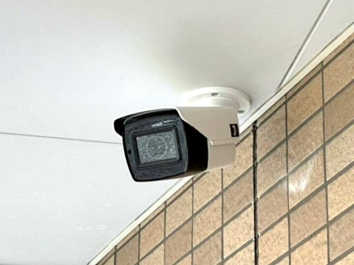 株式会社日本防犯設備では、万が一に備えて侵入者や窃盗犯による防犯カメラのケーブル断線や経年劣化による配線の断線などを予め考慮し、配線の保護対策を施した設置工事を行っております。