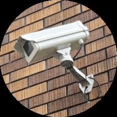 防犯カメラの存在を明確に示すことで犯行の抑止効果を与えることができます。日本防犯設備の防犯カメラは大型の防犯カメラや監視中の看板設置の取扱いもございます。