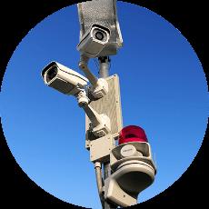 不審者が侵入の発覚を恐れ、意図的にセキュリティシステムの配線の切断や機器の破壊が行われた場合も、異常を検知して即座に警報を鳴らし、お手持ちのパソコンやスマートフォンに通知を行います。