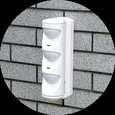 赤外線や熱線などを張り巡らせ、遮断時や人感検知時に異常を知らせる誤報の少ないセンサー検知機器で、屋外敷地周辺や屋内特定エリアに警戒区域を作り出します。