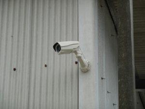 侵入者が防犯カメラの配線を切断