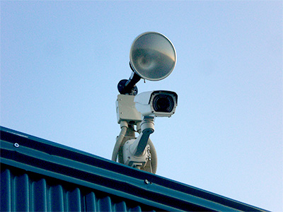 株式会社日本防犯設備 【資材置き場】威嚇撃退型外周立体警戒システム