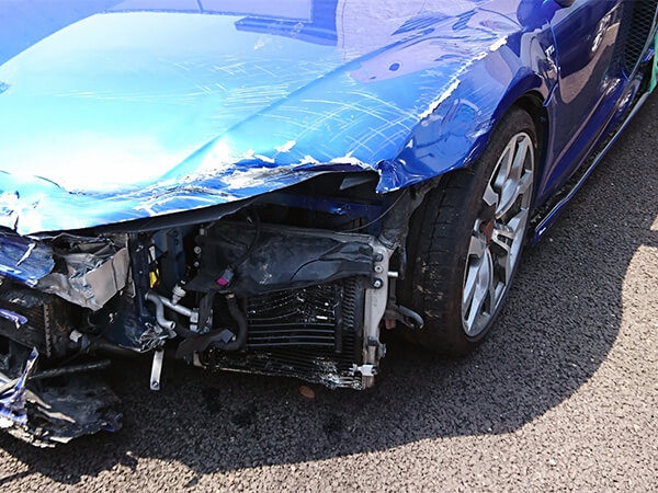 【大阪府】防犯カメラが捉えた自動車店に車突っ込む一部始終